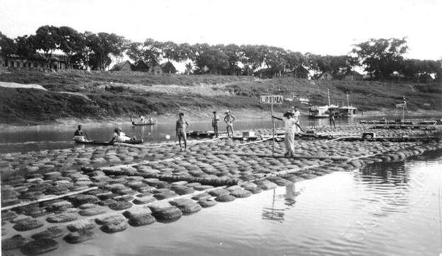 Transporte de borracha pelo rio Acre; presença do material na Amazônia despertou grande interesse estrangeiro pela região no século passado (Foto: ibge)