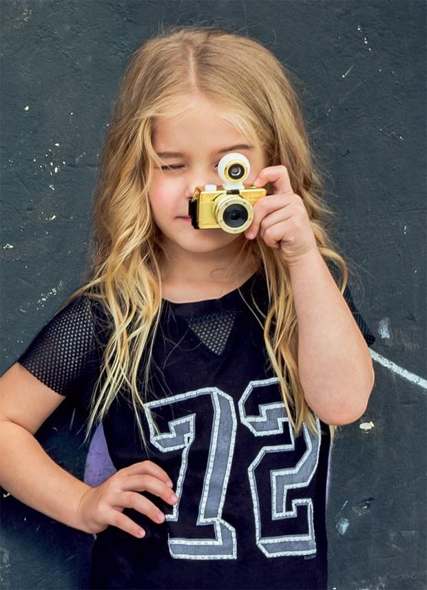 garota com máquina fotográfica (Foto: Divulgação)
