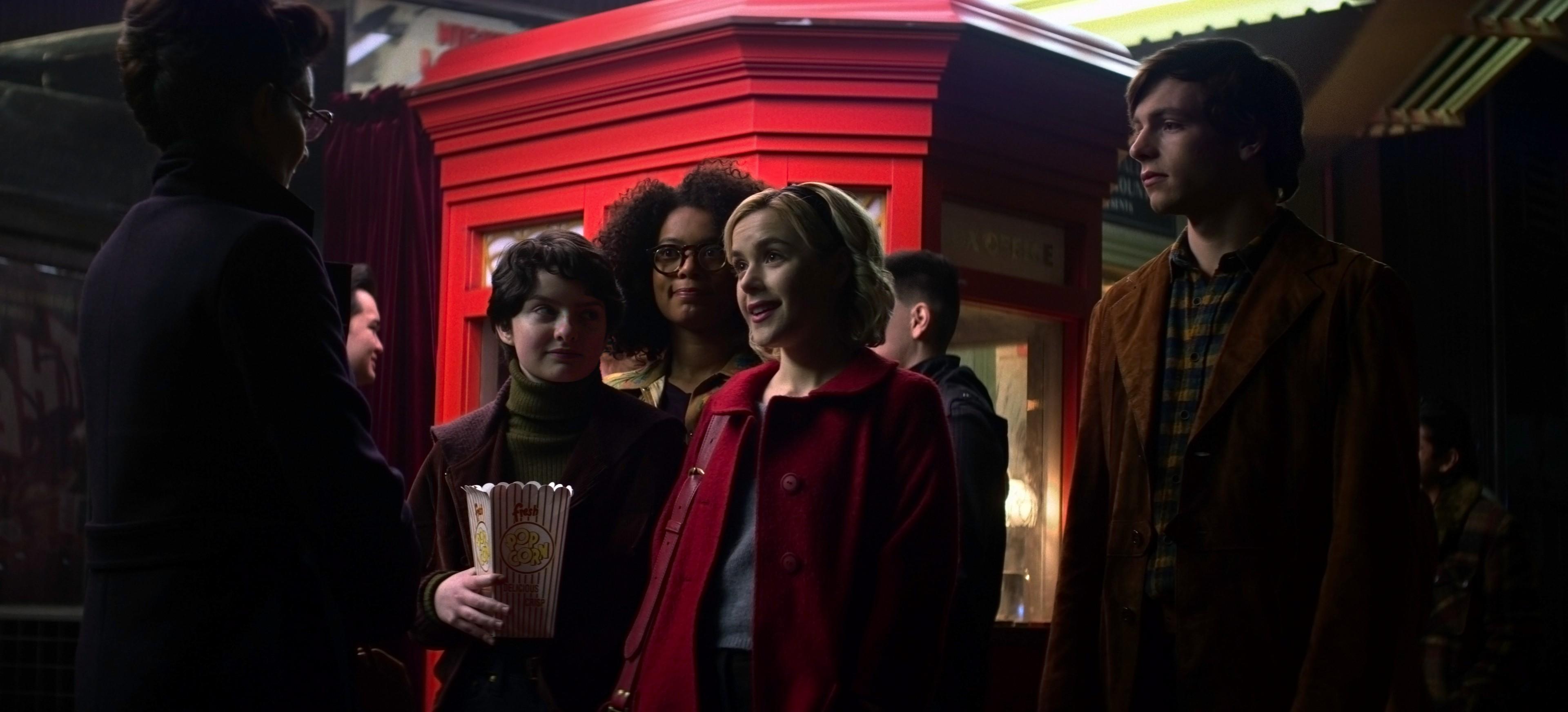 Da esquerda para a direita: Michelle Gomez, Lachlan Watson, Jaz Sinclair, Kiernan Shipka, Ross Lynch (Foto: Netflix)