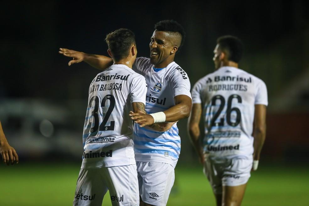 Bruno Cortez abraça Diogo Barbosa após gol do concorrente na lateral — Foto: Lucas Uebel / Grêmio FBPA