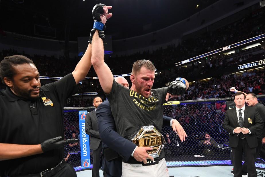 Stipe Miocic vence a revanche contra Daniel Cormier e recupera cinturão dos pesados no UFC 241