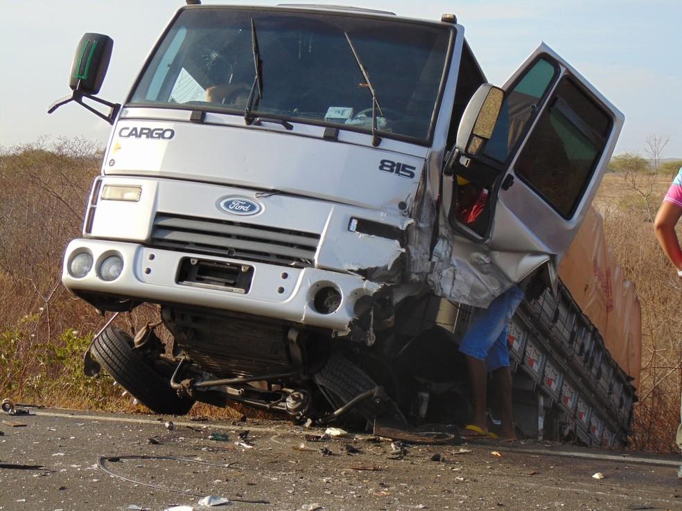 Caminhão e carro bateram de frente na BR-406, em Jandaíra (Foto: Blog do Eurípedes Dias)