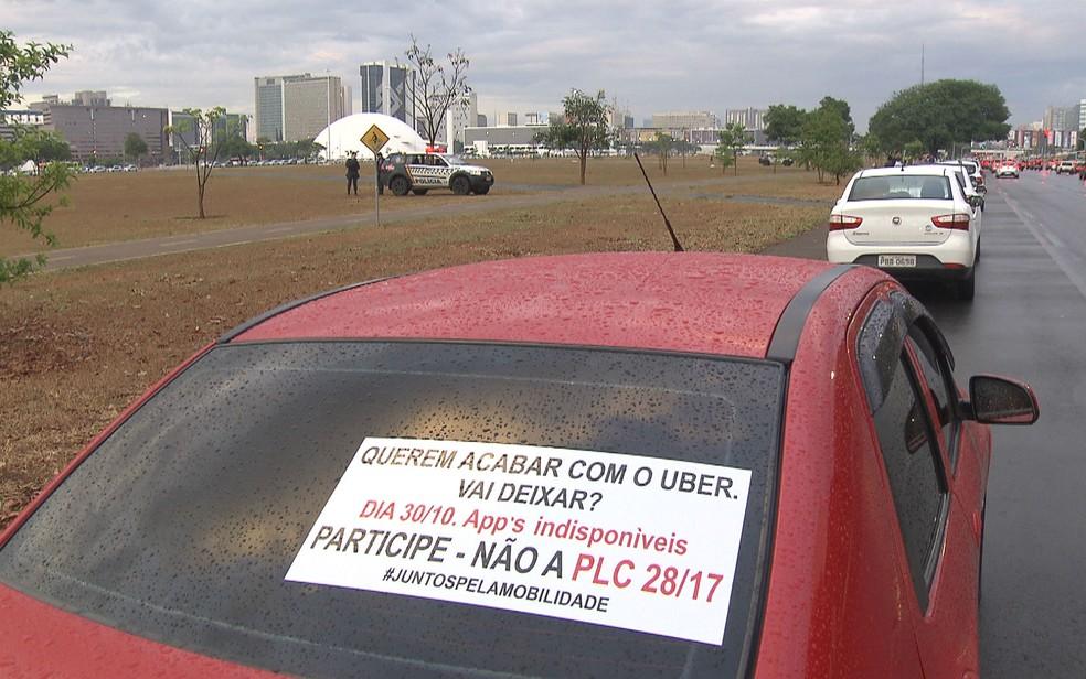 Motoristas por aplicativo de celular protestam na Esplanada dos Ministério contra projeto de lei nº 28/2017 (Foto: TV Globo/Reprodução)