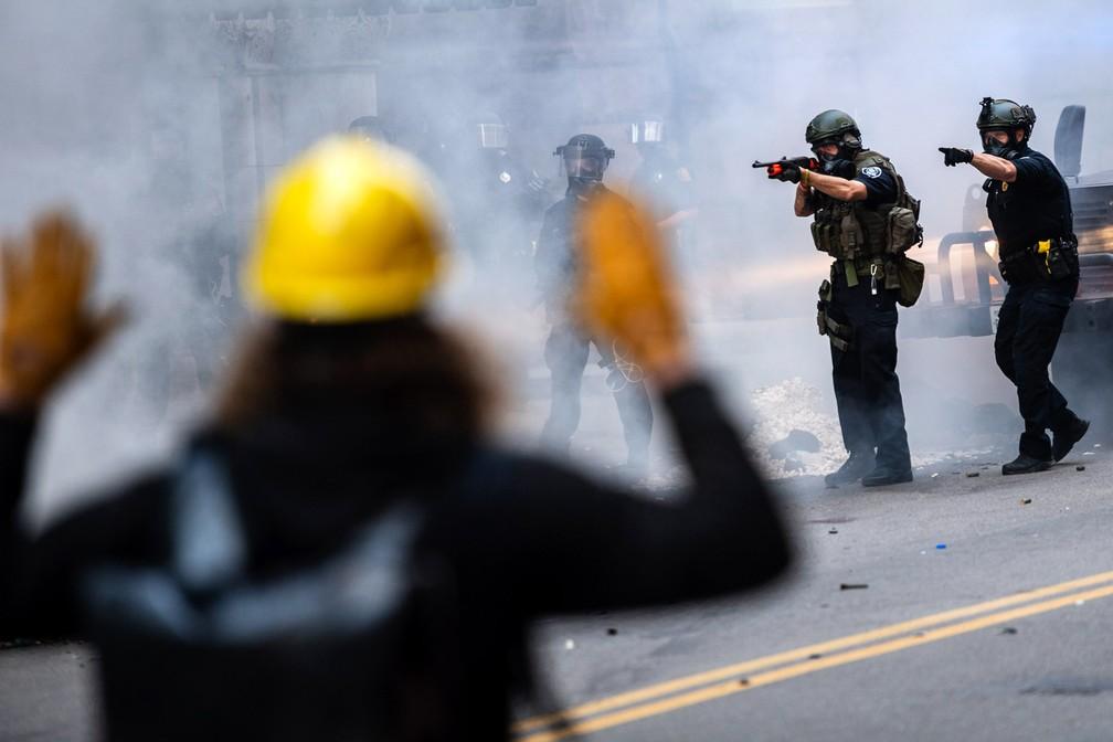 Policiais confrontam manifestantes durante protesto exigindo justiça para George Floyd no sábado (30) no centro de Pittsburgh, nos EUA — Foto: Michael M. Santiago/Post-Gazette via AP