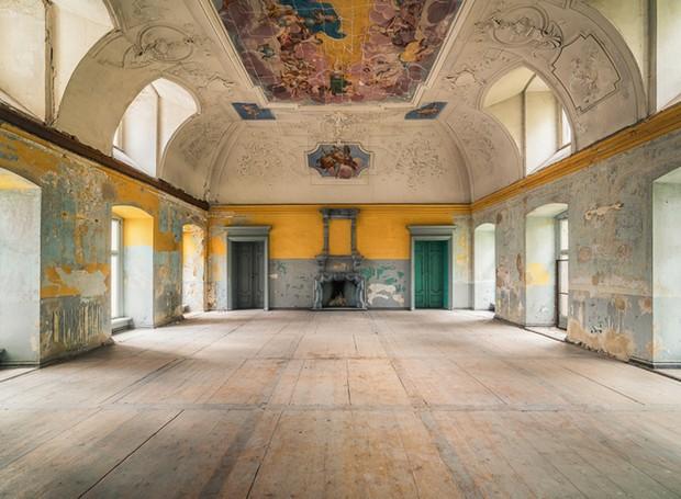 Salão de banquetes em castelo abandonado na Polônia (Foto: Michael Schaw/ Reprodução)