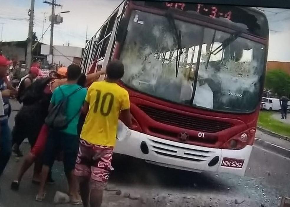 População tentou virar um ônibus na Zona Leste de Manaus (Foto: Reprodução/Rede Amazônica)