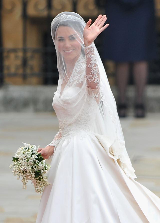 Kate Middleton e seu buquê, que também foi deixado no chão da Abadia de Westminster  (Foto: Getty Images)