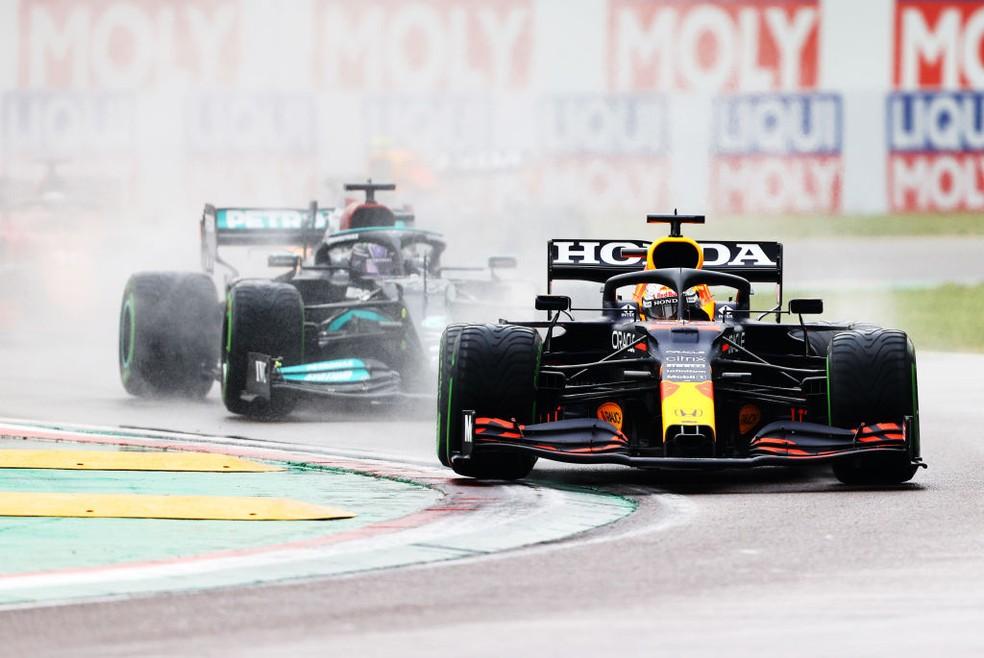 Max Verstappen ultrapassou Lewis Hamilton na largada do GP da Emilia-Romagna — Foto: Bryn Lennon / Getty Images