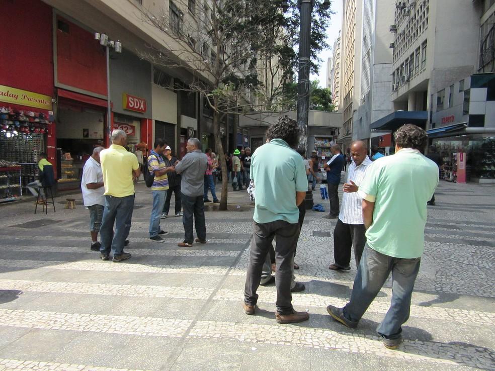 Desempregados da construção civil se reúnem diariamente no Centro de São Paulo, na esquina das ruas Barão de Itapetininga e Dom José de Barros, à procura de uma oferta de emprego (Foto: Darlan Alvarenga/G1)