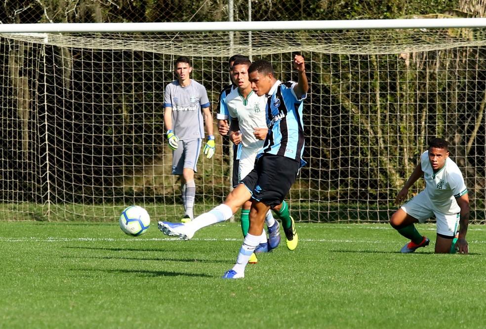 Diego Rosa pelo Grêmio sub-17 no CT Hélio Dourado — Foto: Rodrigo Fatturi/DVG/Grêmio