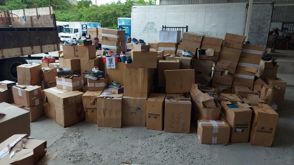 Carreta carregada com produtos falsificados foi apreendida dentro de galpão em Salvador — Foto: Divulgação / Sindpoc