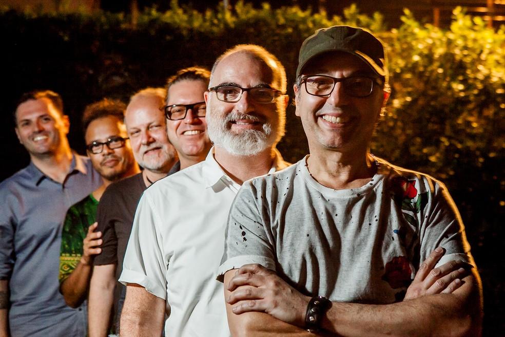 Zeca Baleiro com a banda do álbum 'O amor no caos' — Foto: Silvia Zamboni / Divulgação