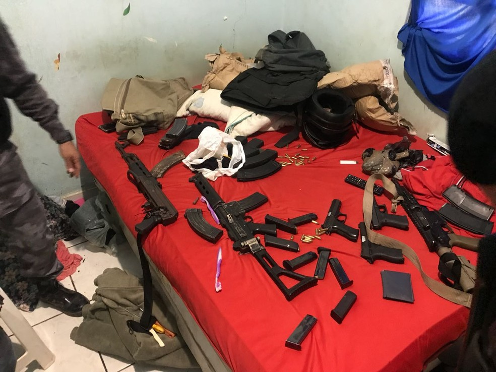 Na casa onde os suspeitos estavam hospedados, PM encontrou armas e munições diversas (Foto: PMMT)