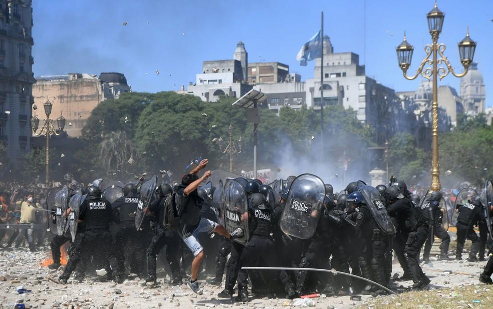 Policiais e manifestantes entram em confronto durante protesto contra a reforma da previdência do lado de fora do Congresso, em Buenos Aires, Argentina, na segunda-feira (18) (Foto: Eitan Abramovich/AFP)