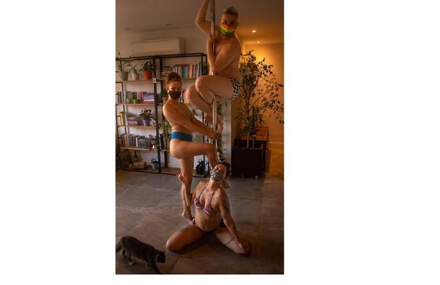 Carol Garcia e Alessandro Brandão com a professora Juliana Natal. 'Brincamos que somos a turma do 'quanto mais pole melhor'', diz Juliana (Foto: Divulgação)