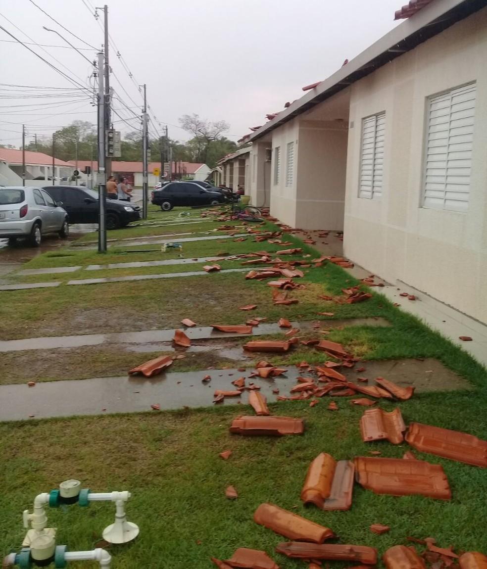 Casas ficaram destelhadas em condomínio (Foto: Josélia Quichada/ Arquivo pessoal)