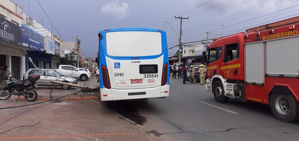 Batida entre ônibus e carro causa queda de poste e atinge veículo na SAMDU, em Taguatinga Sul, no DF — Foto: CBMDF/Divulgação