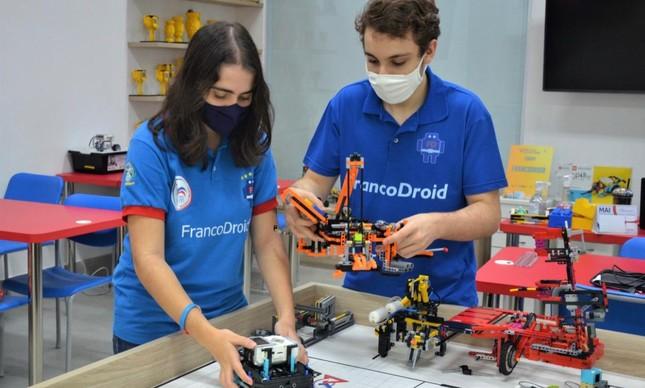 Alunos do Colégio Franco-Brasileiro fizeram  robô chamado Bambam, que  foi vencedor do concurso Virtual Open Invitational, na categoria Design de Robô