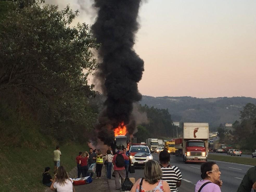 Veículo ficou destruído (Foto: Thiago Ariosi/TV TEM)