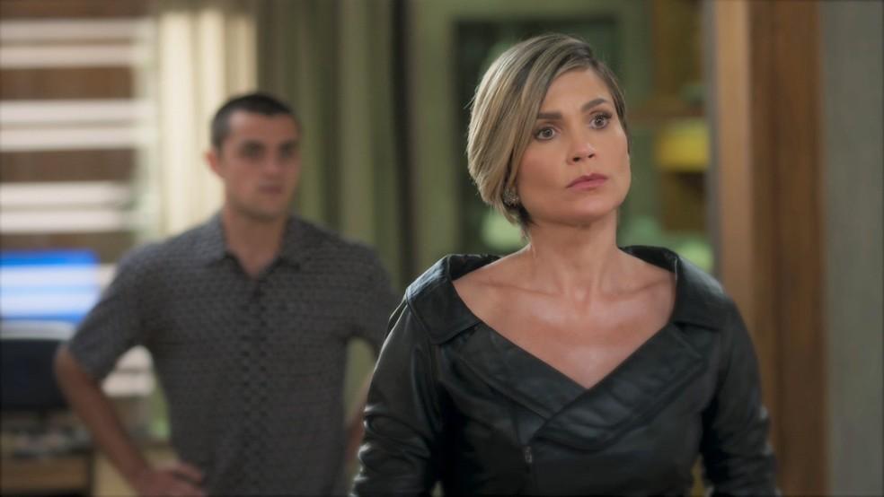 Helena (Flávia Alessandra) avisa a Hugo (Leopoldo Pacheco) que irá sair do país em 'Salve-se Quem Puder' — Foto: Globo