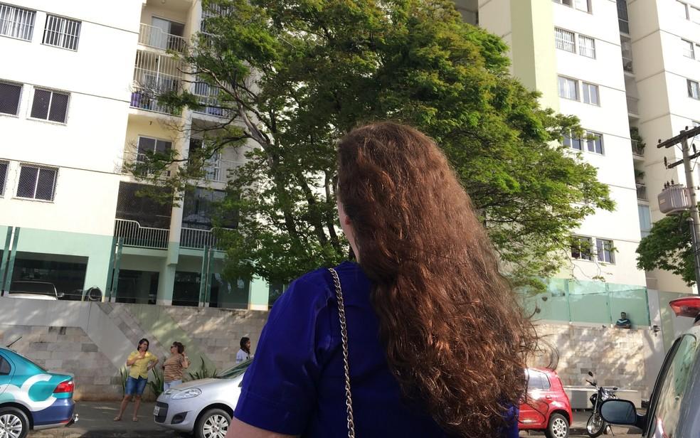 Dona de casa, de 50 anos, amiga da mãe da vítima, contou que adolescente ia para escola (Foto: Paula Resende/G1)