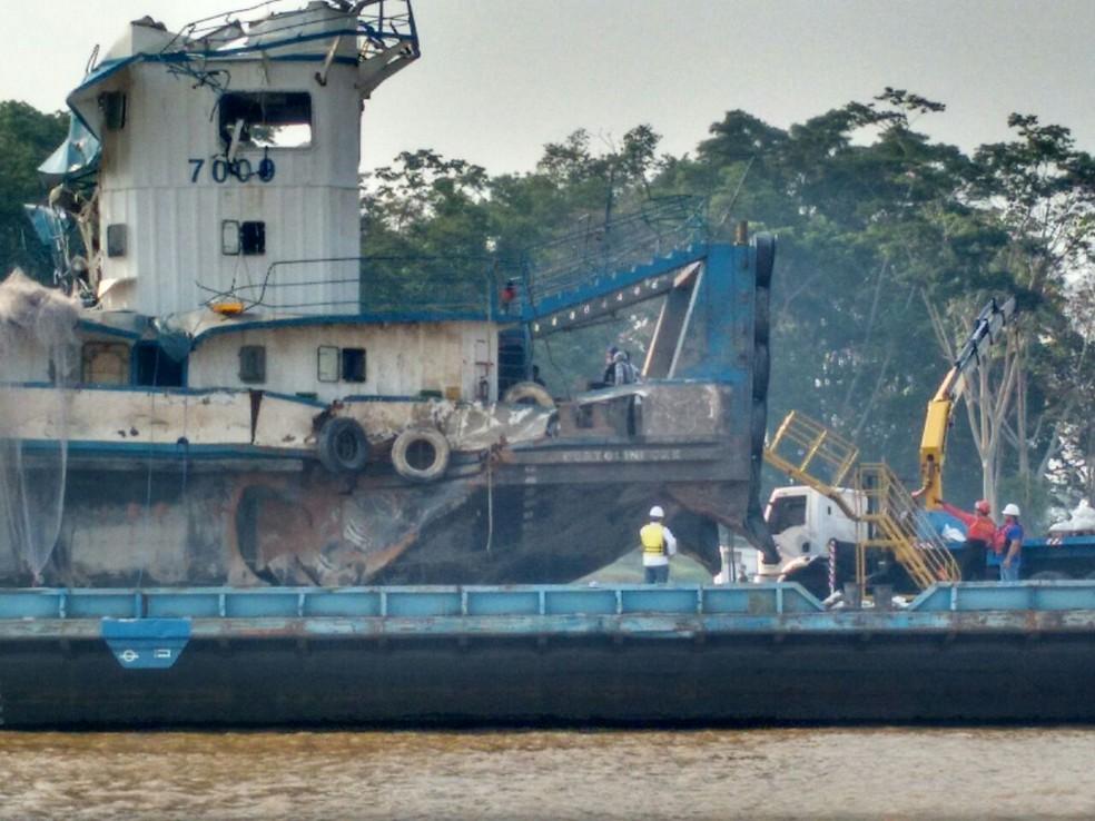 Rebocador foi içado e colocado em cima de uma balsa após quatro meses depois do acidente (Foto: Débora Rodrigues/TV Tapajós)