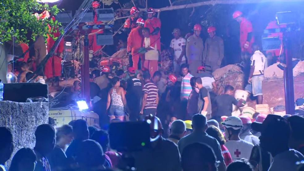 Buscas por desaparecidos no Morro da Boa Esperança, em Niterói, são mantidas durante a noite — Foto: TV Globo