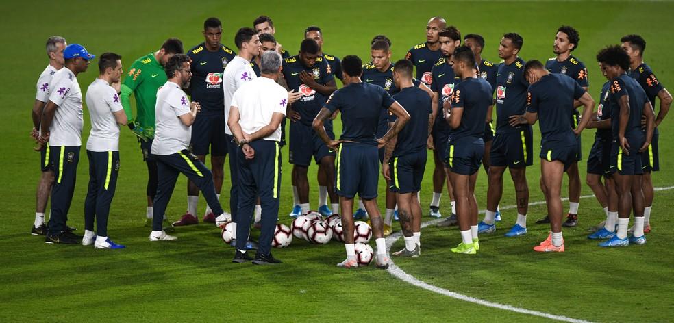 Ao lado do pai Tite, Matheus Bachi fala com o grupo da seleção brasileira no treino em Abu Dhabi — Foto: Pedro Martins / MowaPress