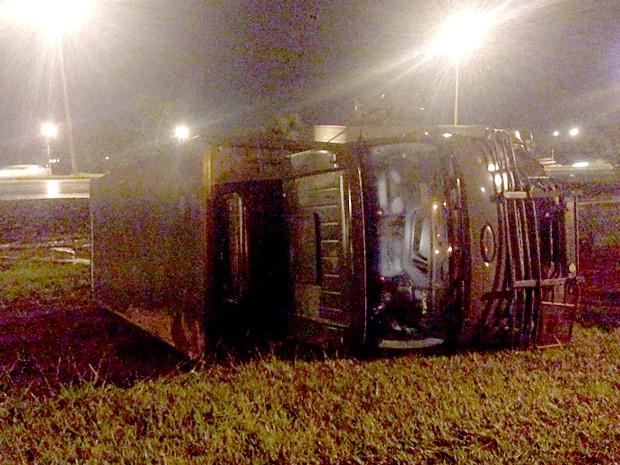 Caminhão do Exército que tombou na Epia nesta quinta-feira (12) (Foto: Gustavo Schuabb/G1)