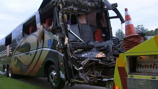 Acidente entre ônibus e caminhão deixa mais de 15 feridos em rodovia no interior de SP