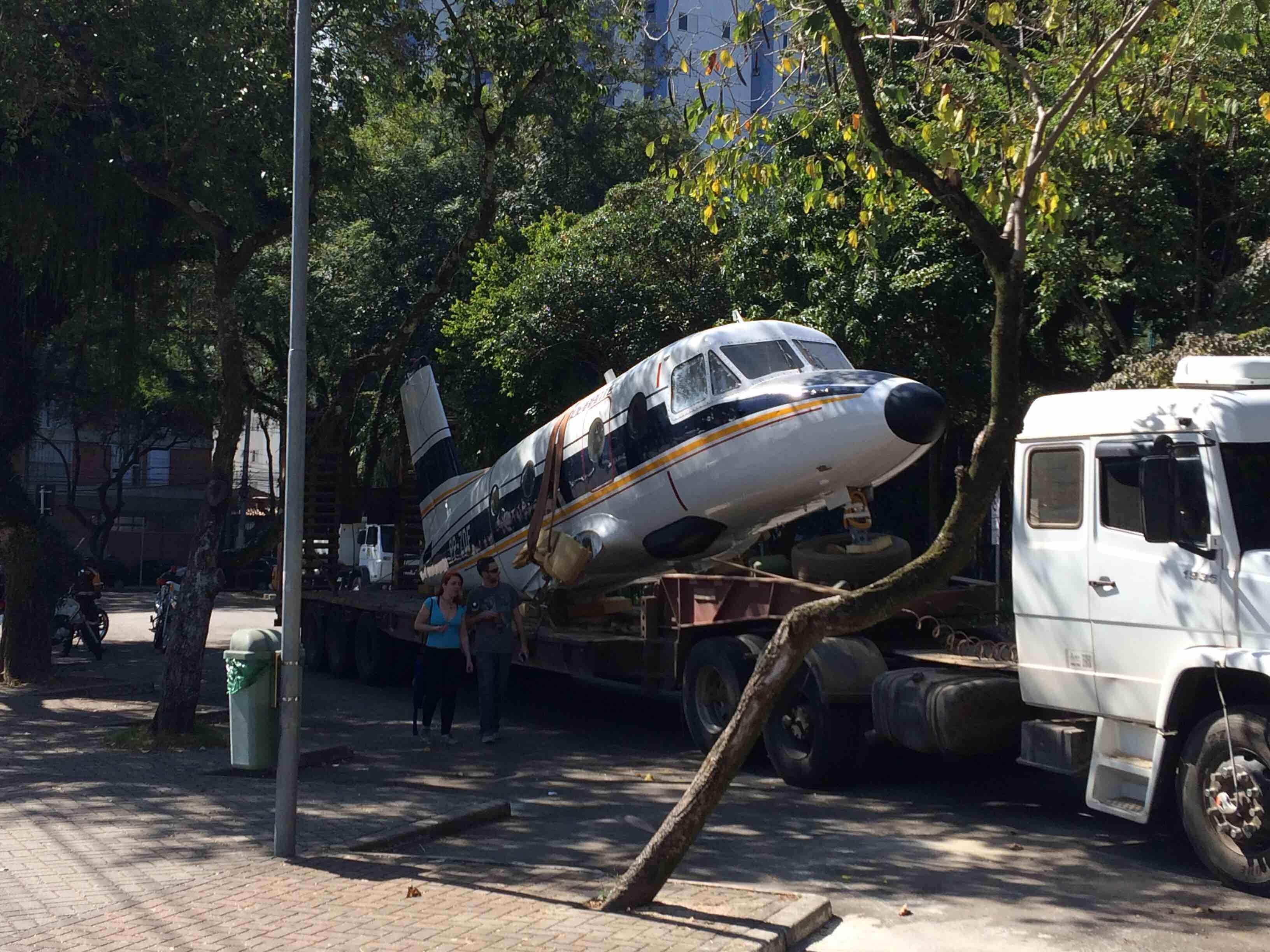 Após restauro, protótipo do avião Bandeirante é recolocado no parque Santos Dumont