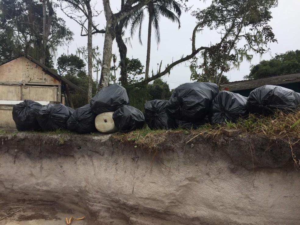 Mutirão da limpeza retira na Ilha do Mel lixo, roupas, ossadas e até porta de geladeira  — Foto: Arquivo pessoal/José Augusto Correia Salles