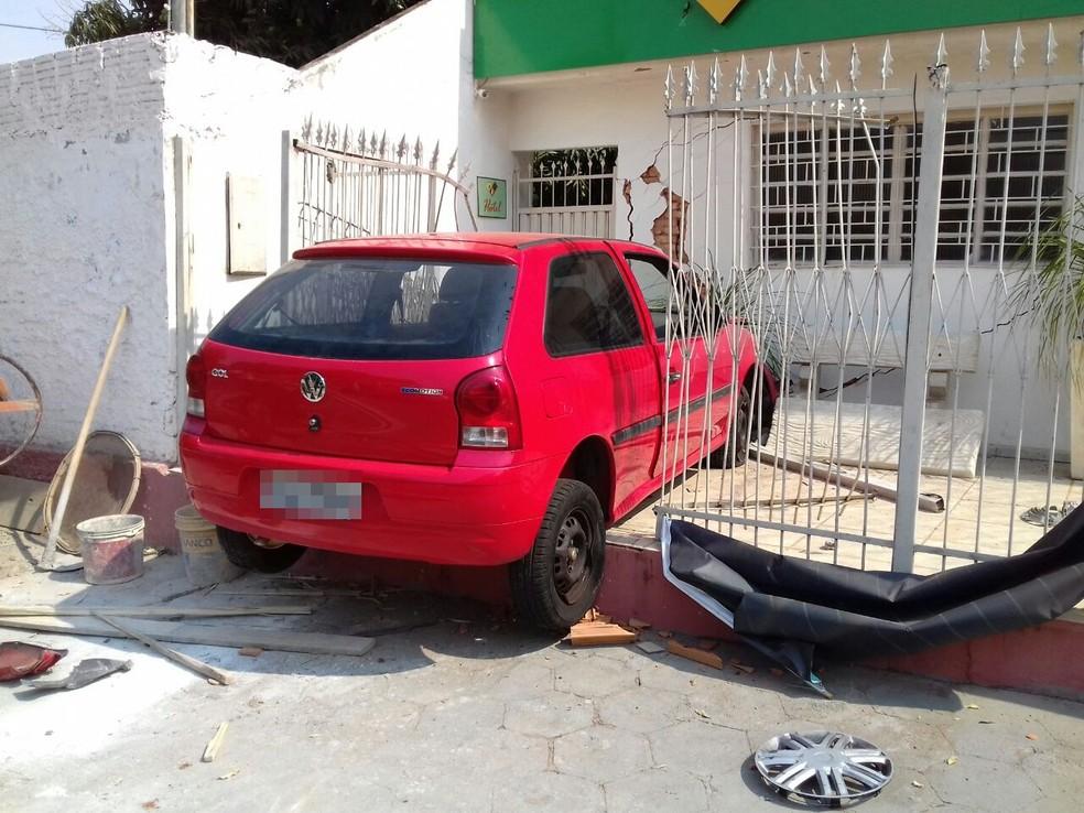 Idosa perdeu o controle do carro em Fernandópolis (Foto: Região Noroeste/Divulgação)