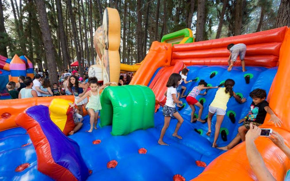 Crianças em brinquedo inflável no evento Picnik, em Brasília — Foto: Picnik/Divulgação