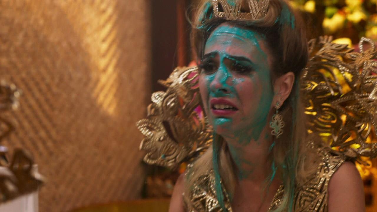 Fedora fica arrasada após o fracasso de sua festa