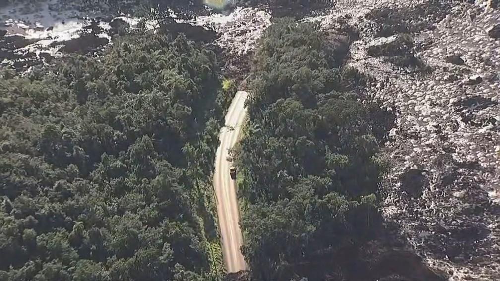 Imagem aérea mostra destruição na região após rompimento de uma barragem da mineradora Vale em Brumadinho. Pontos continuam sem acesso — Foto: Reprodução/TV Globo