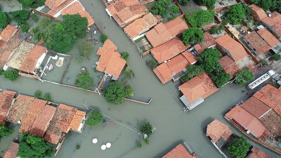 Ruas e casa no litoral do Piauí ficaram alagadas após chuvas cujo volume ultrapassou os 300 mm — Foto: André Domini