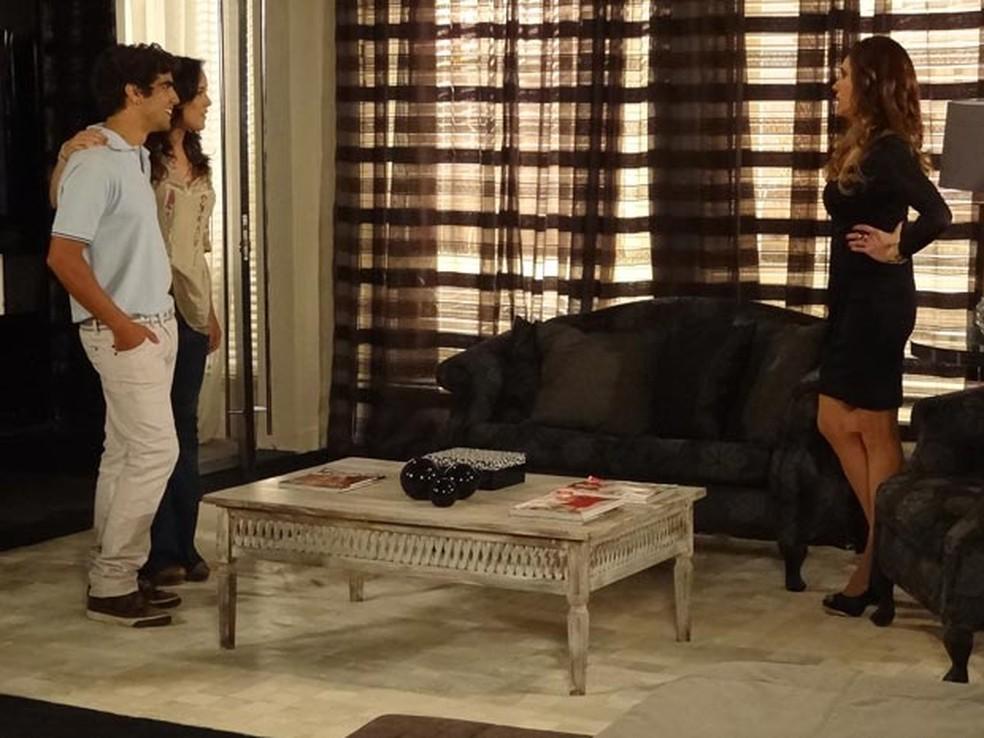 Tereza Cristina surta com noivado de Antenor e Patrícia em 'Fina Estampa' — Foto: Globo