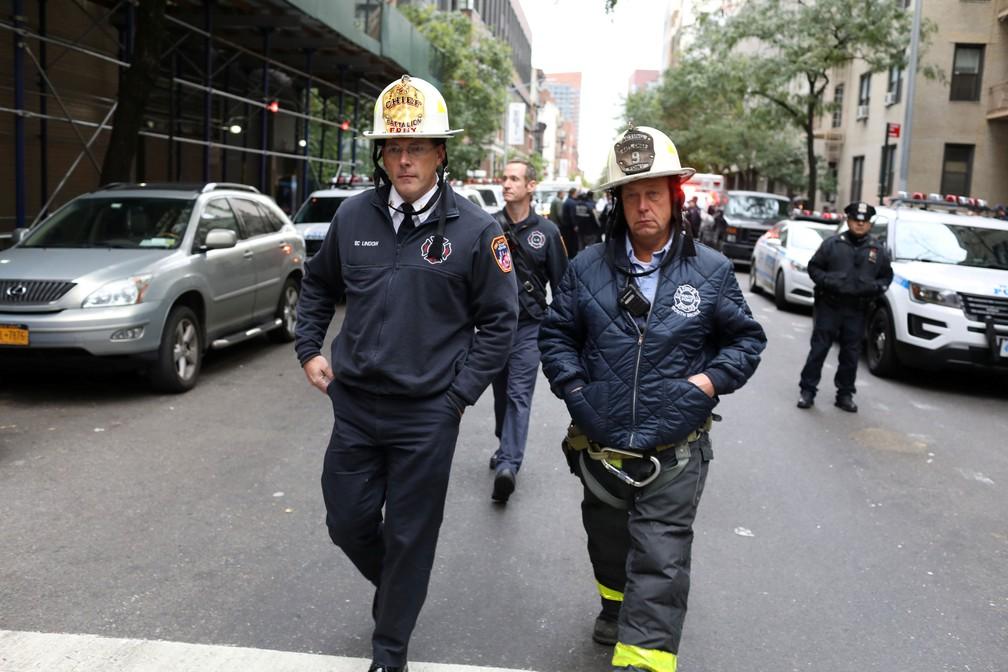 Policiais investigam pacote suspeito em Nova York, na manhã desta sexta-feira (26)  — Foto: Mike Segar/ Reuters