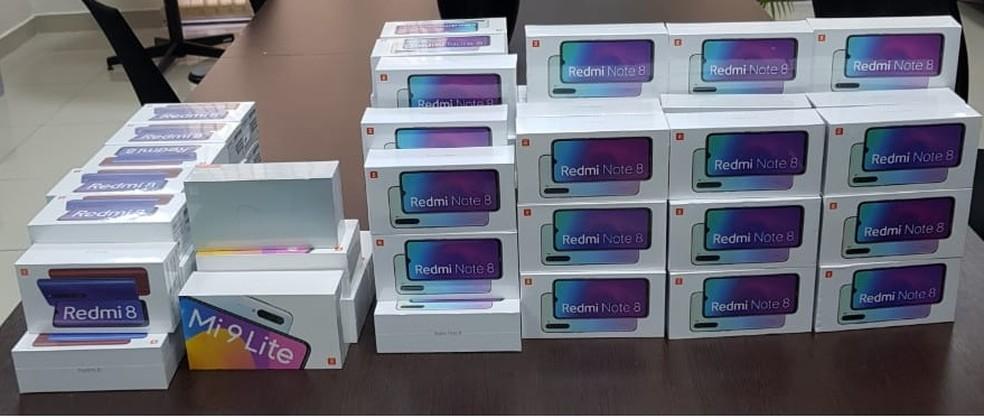 As caixas com os celulares estavam armazenas em quatro malas do passageiro — Foto: Divulgação/Polícia Federal