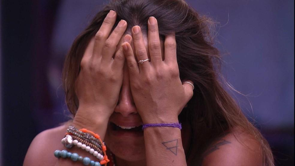 Carolina chora ao saber de desclassificação de Hariany — Foto: TV Globo