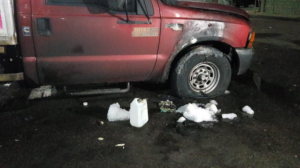 Os suspeitos ainda tentaram incendiar outros veículos que estavam próximos ao caminhão, mas foram impedidos por moradores — Foto: Rafaela Duarte