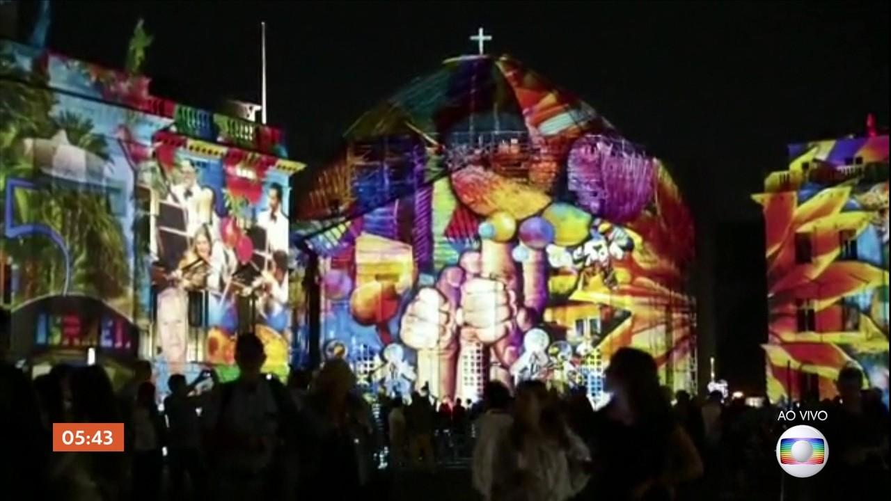 Monumentos e pontos turísticos da Alemanha estão iluminados e cheios de cores