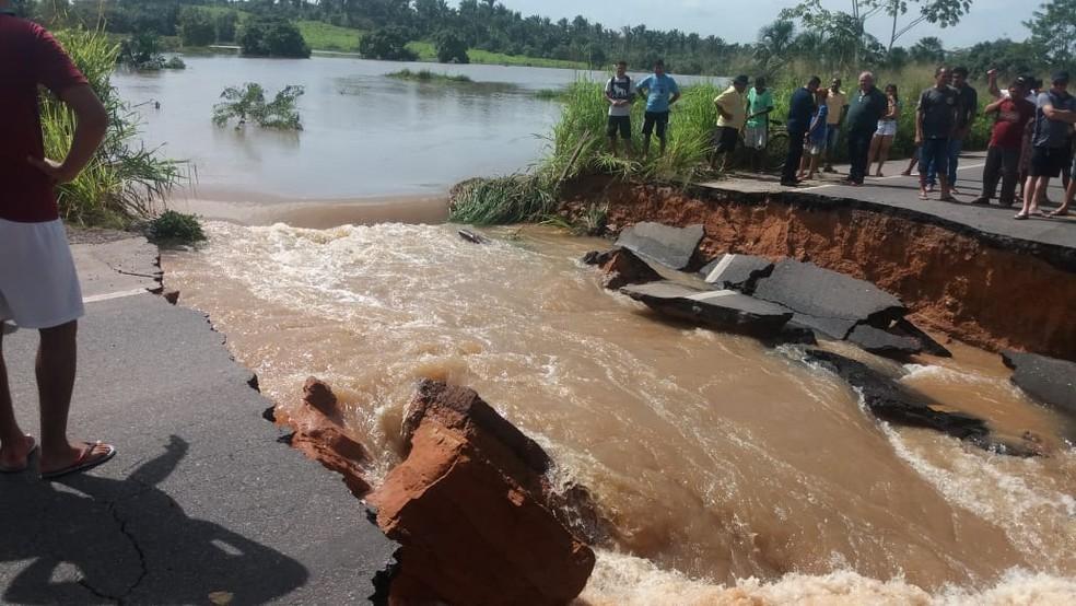 Açude às margens da BR-316 transbordou e cortou a rodovia por completo neste sábado (16) — Foto: Divulgação/PRF