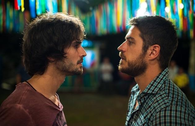 Na segunda-feira (21), Ruy (Fiuk) e Zeca (Marco Pigossi) vão sem encantar por Ritinha (Isis Valverde) ao vê-la nadando com os botos em Parazinho (Foto: Globo / Estevam Avellar)