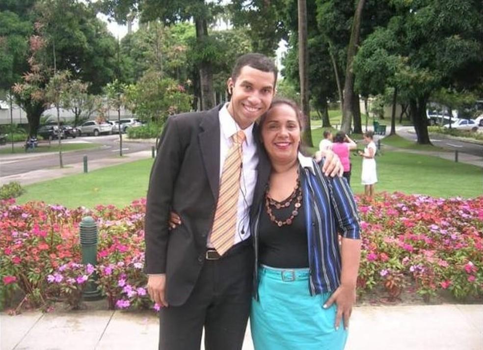 Dona Jacira, mãe de Gilberto, conta que o filho foi aprovado na seleção PhD nos Estados Unidos com bolsa de estudos — Foto: Arquivo Pessoal