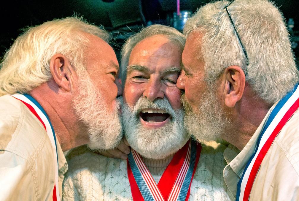 Richard Filip, ao centro, cercado por Charlie Boice, à esquerda, vencedor em 2015, e Dave Hemingway, vencedor em 2016. (Foto: Andy Newman/Florida Keys News Bureau via AP)