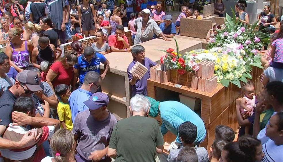 Emanuelle foi enterrada sob forte comoção no cemitério de Chavantes — Foto: Reprodução/TV TEM