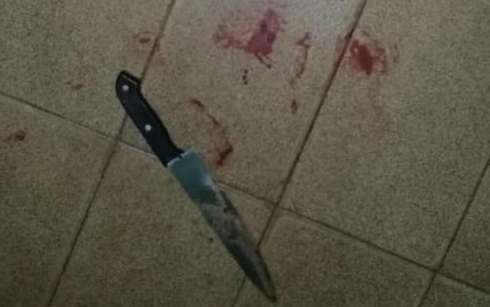 Faca foi encontrada no chão da sala da casa suja de sangue, em Rio Verde — Foto: Reprodução/TV Anhanguera