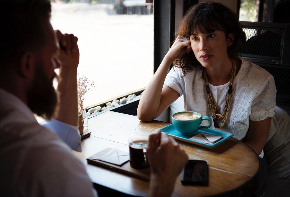 As vozes masculinas geralmente têm uma frequência muito menor que as vozes femininas, por isso deixam de ser ouvidas — Foto: rawpixel/Unsplash